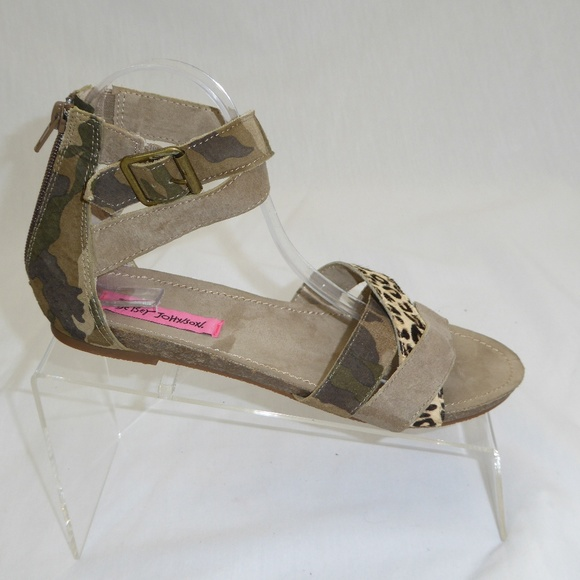 bd2c228257f9 Betsey Johnson Shoes - Betsey Johnson Fusion Flat Sandals Size 8.5  153
